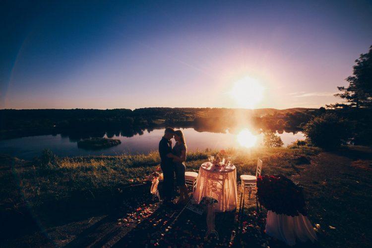 Романтичне освідчення біля озера