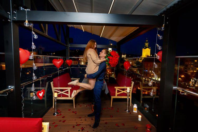 Романтичне освідчення на терасі ресторану